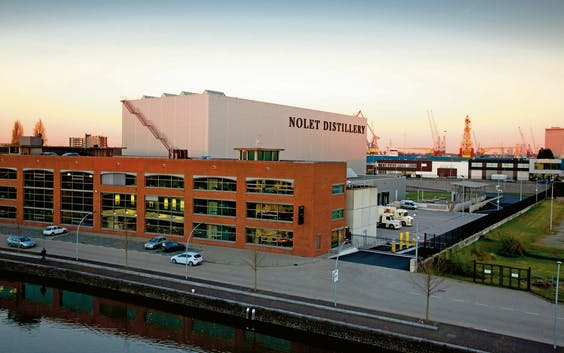 Het logistiek centrum van de Nolet Distillery in Schiedam. Het bedrijf heeft omliggende gronden gekocht, zodat uitbreiding mogelijk is. (Foto: Bart Hoogveld)