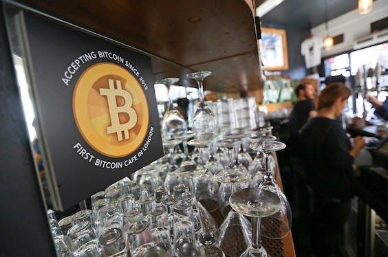 Betalen met bitcoin kan banken compleet overbodig maken, zegt Cambridge-hoogleraar.