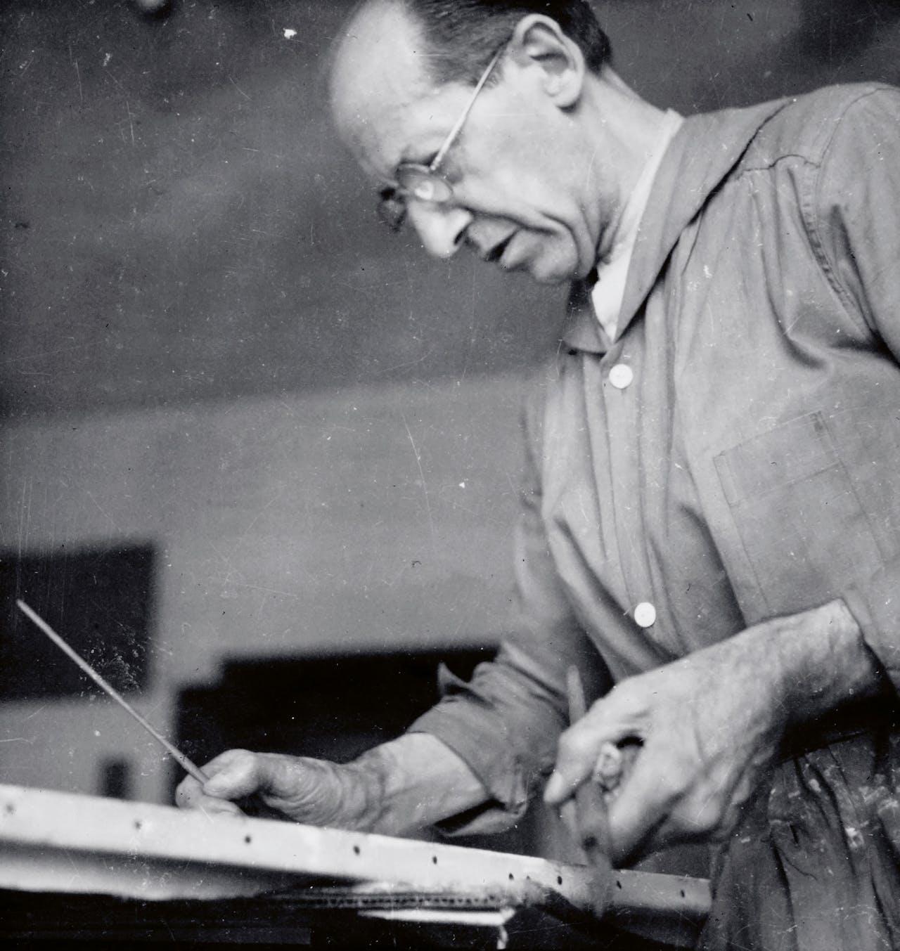 Mondriaan aan het werk in zijn atelier.