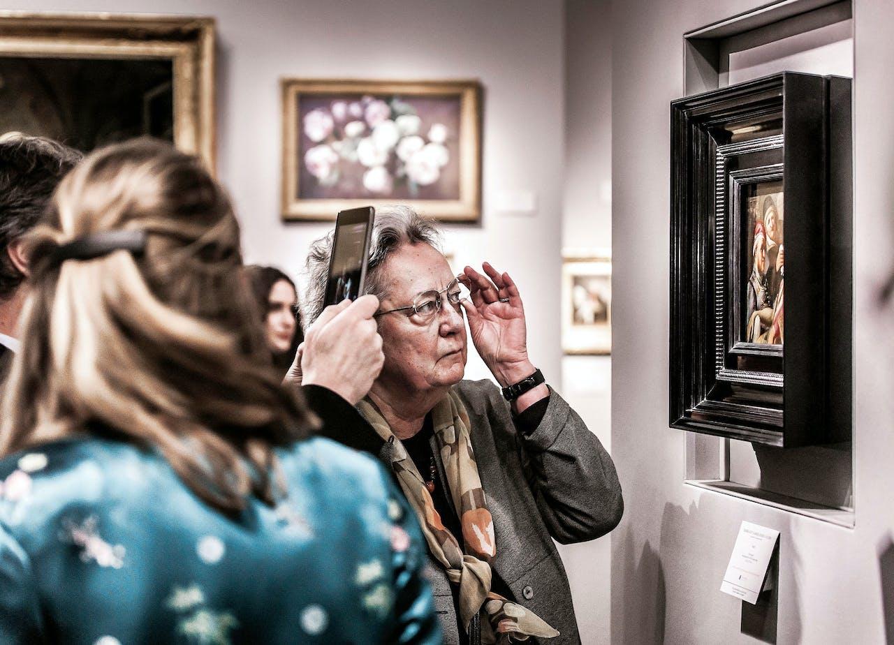 Topstuk van 2016 was een verloren gewaande Rembrandt, 'De reuk', die Talabardon & Gautier uit Parijs had ontdekt op een kleine veiling in Amerika. Het was reeds verkocht, maar trok veel bekijks (foto: Hollandse Hoogte).