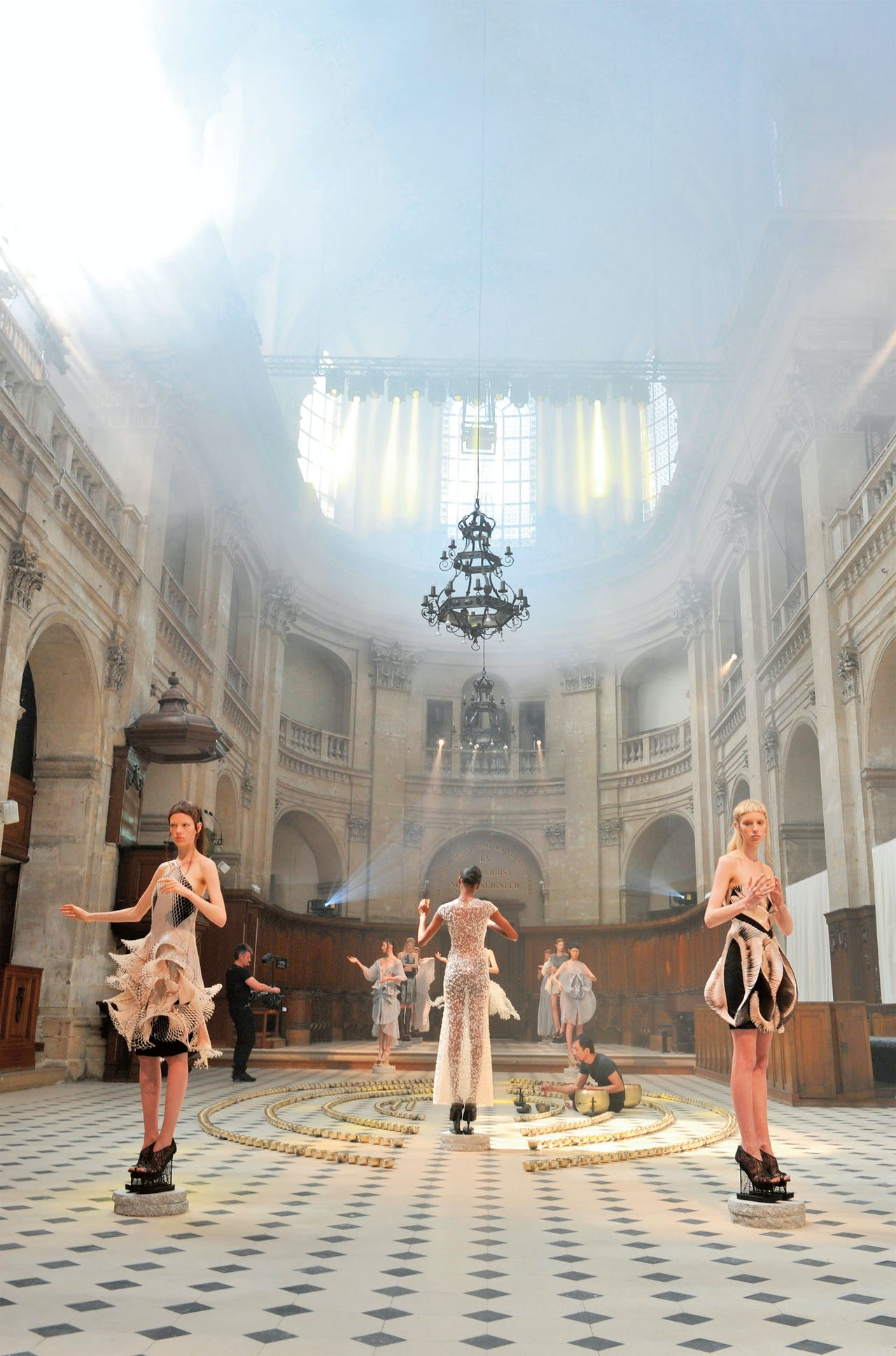 De coutureshow van 2016 in het L'Oratoire du Louvre. (Foto: Hollandse Hoogte)