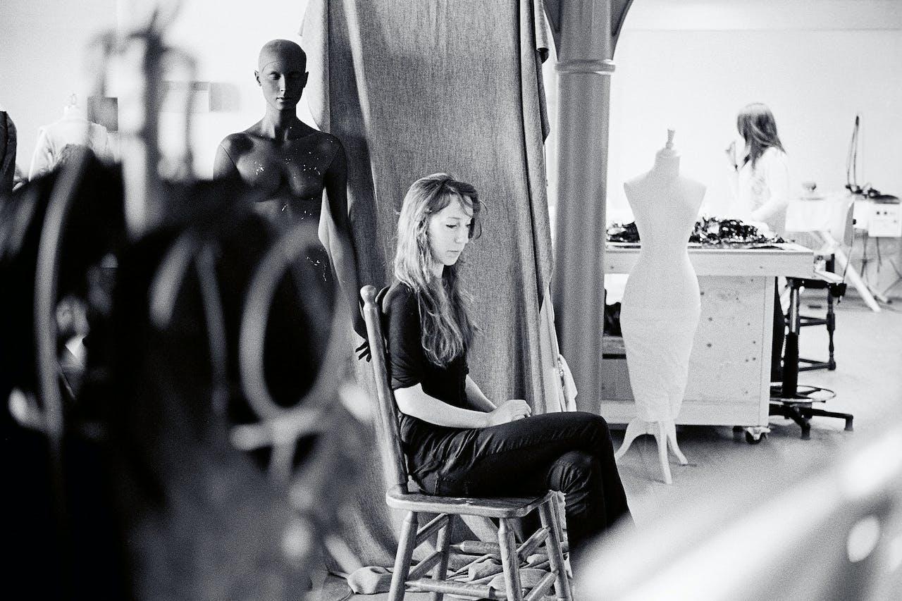 Iris van Herpen in haar atelier.