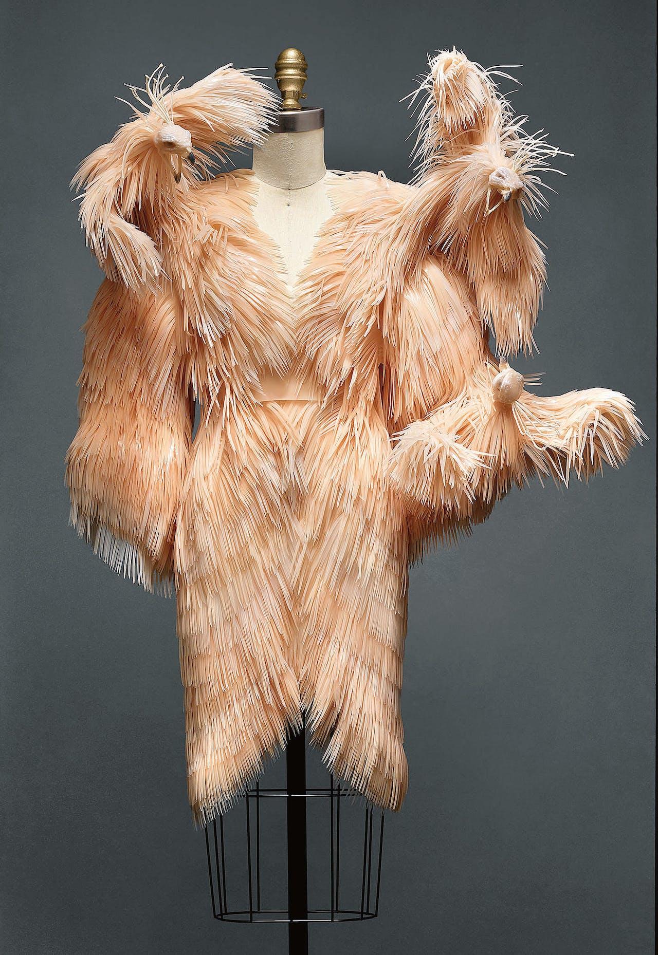 Deze jurk, herfst-winter 2013-2014, was te zien op de 'Manus x Machina'-tentoonstelling in het Metropolitan Museum in New York.