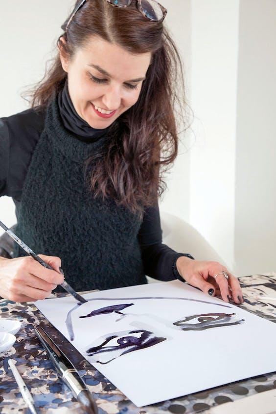 Gill werkt aan een van de Mata Hari- portretten.