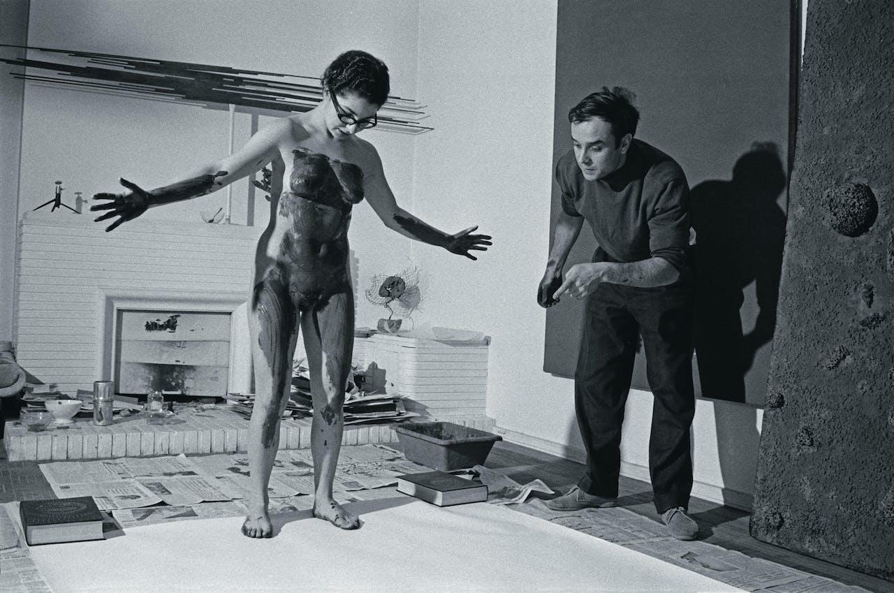 Klein instrueert zijn model voor een performance, Parijs, 1961 (foto: HH).