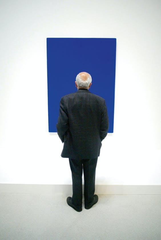 Man voor 'Blauw monochroom, zonder titel (IKB 223)', uit 1961. Na de dood van zijn weduwe is men doorgegaan met nummeren (foto: HH).