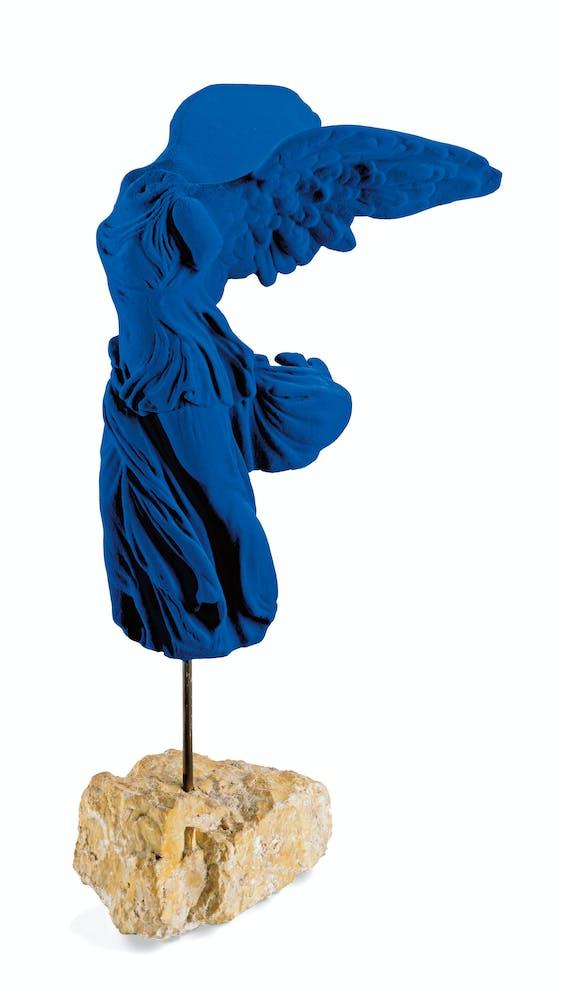 'Ange bleu', blauwe engel, uit 1962, Kleins versie van de Nikè van Samothrake uit het Louvre.