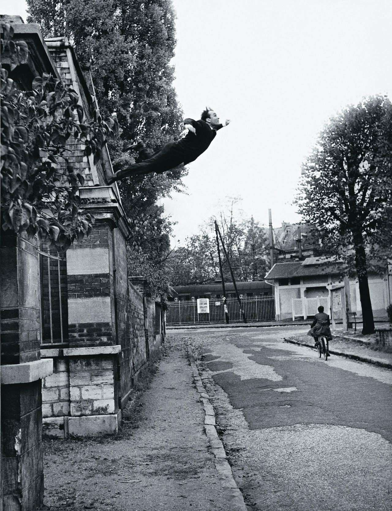 De beroemde foto 'Saut dans le vide', sprong in het niets, gemaakt op 23 oktober 1960 in Fontenay-aux-Roses, niet ver van Parijs.