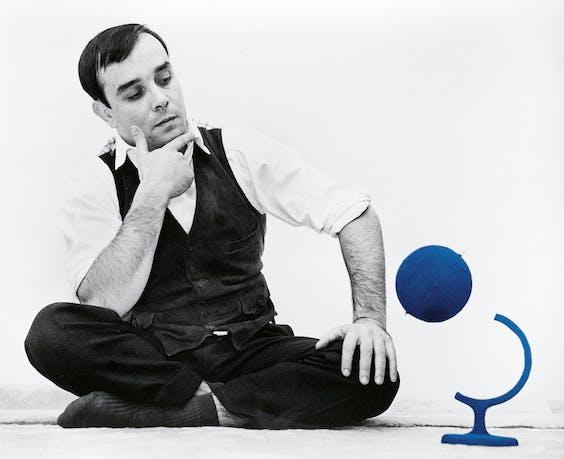 Yves Klein in 1961 met de blauwe aarde, die hij voor de gelegenheid ook nog eens liet zweven.