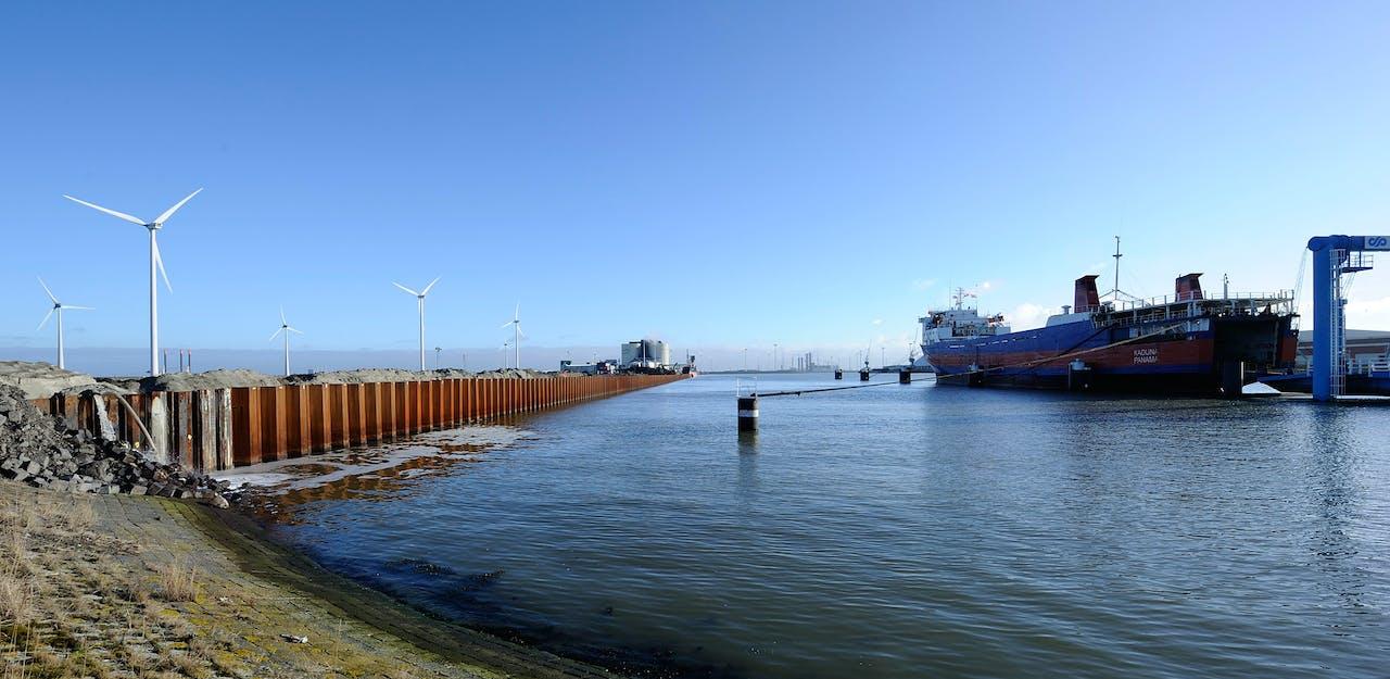 De Eemshaven, de grootste zeehaven in Noord Nederland.