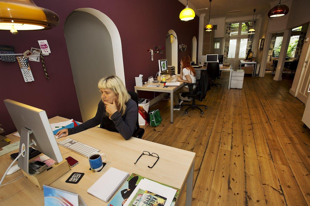 Vrouwen aan het werk op een grafisch ontwerpbureau.
