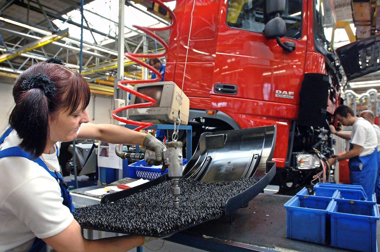 Truckfabrikant DAF loopt omzet mis doordat het zijn vrachtwagens later dan afgesproken bij Russische klanten aflevert.