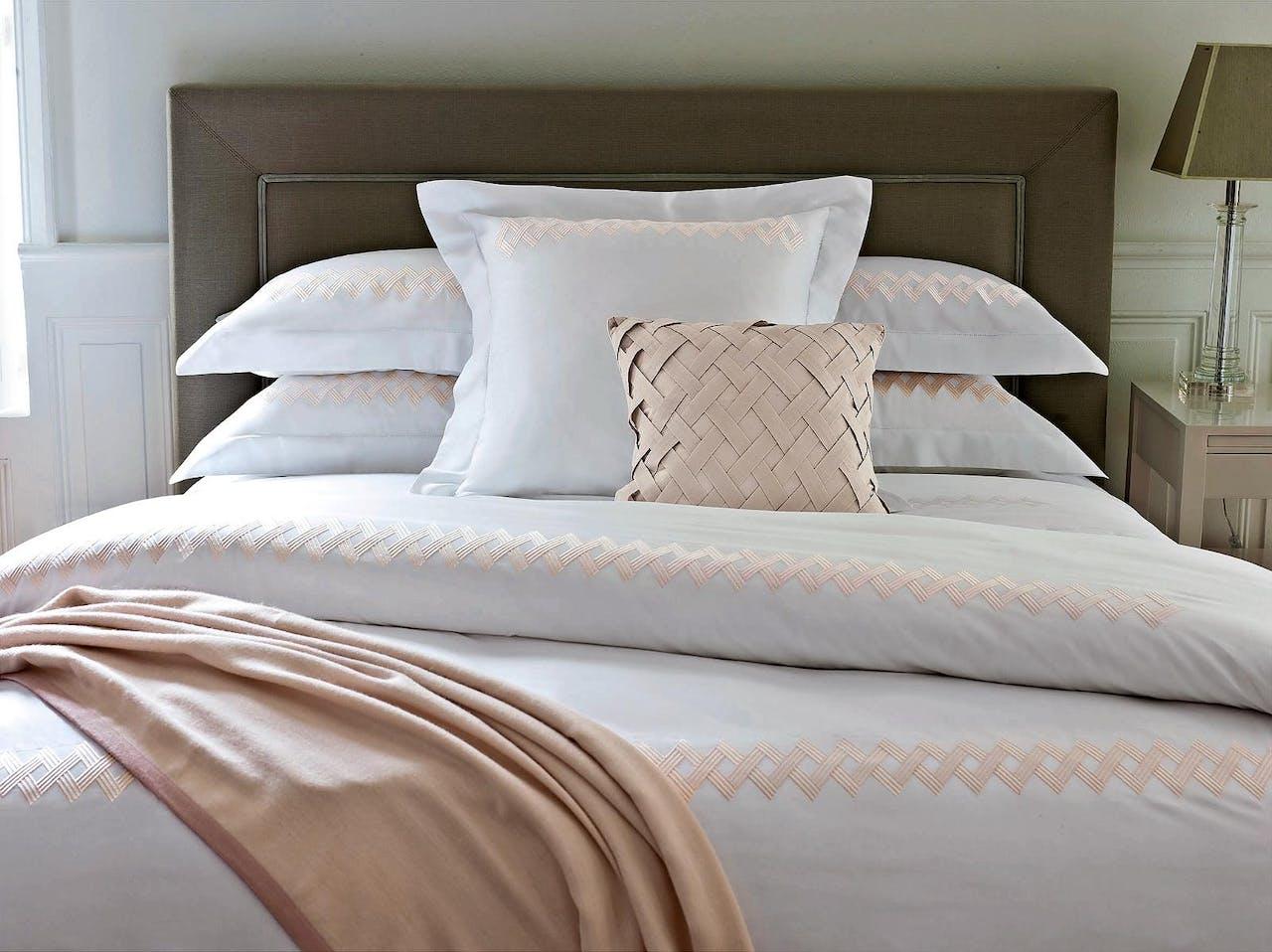 Op het bed, van katoen: 'Miroir' van Yves Delorme.