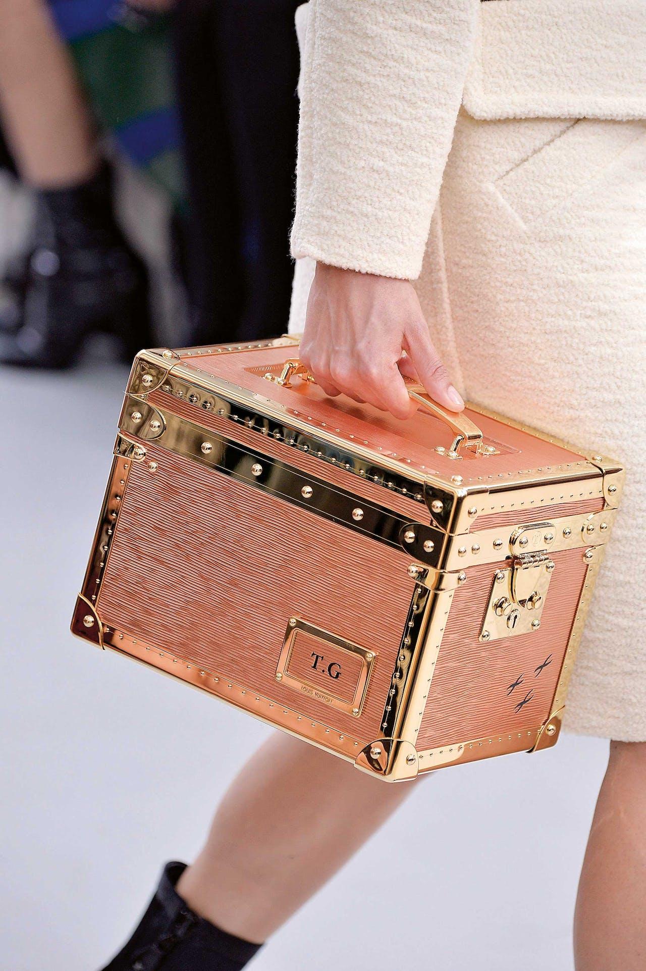 In de wintercollectie van dit jaar zitten opnieuw beautycases: kleine koffertjes die vrouwen vroeger mee op reis namen voor hun beautyspullen.