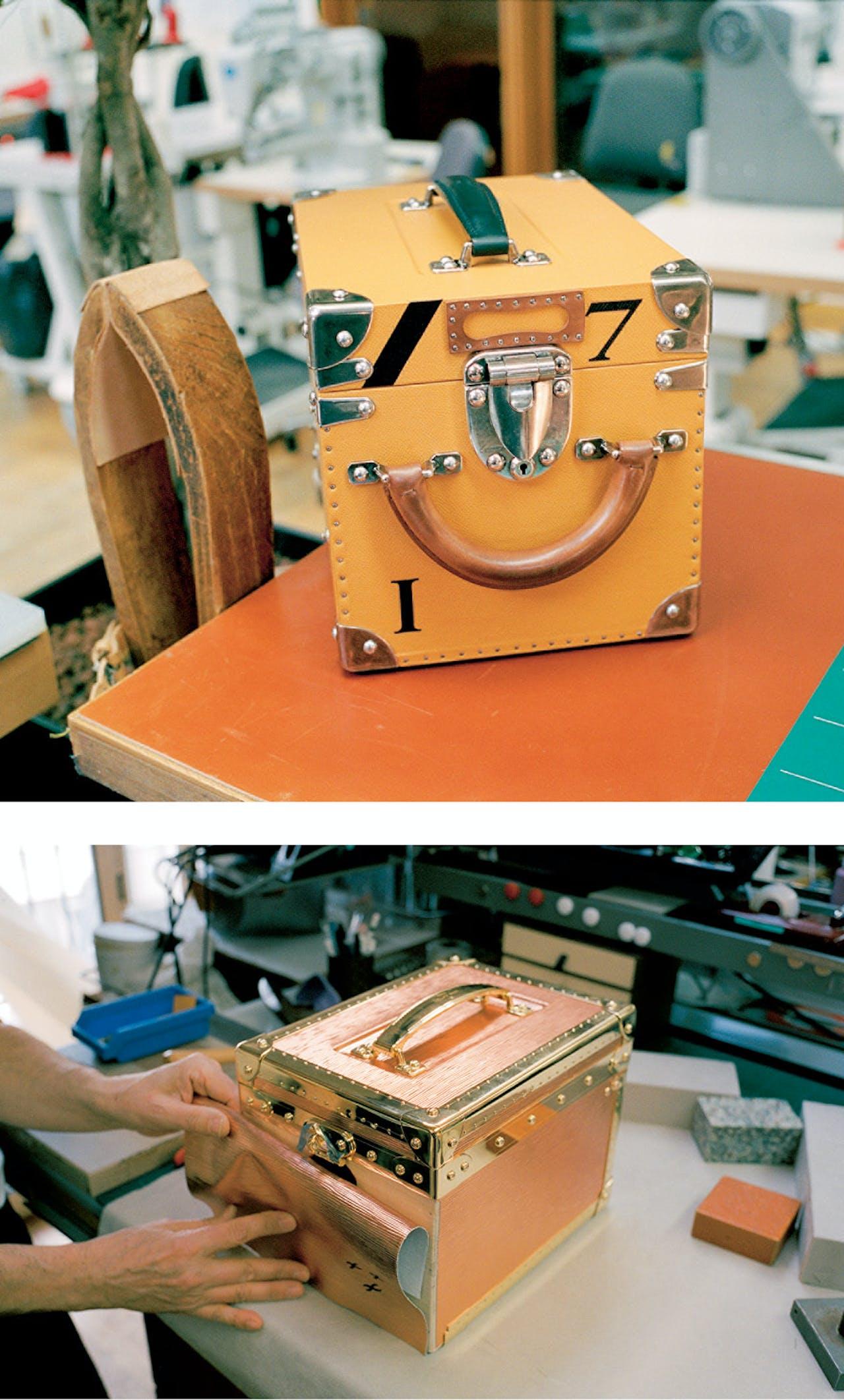 Alle koffers en speciale bestellingen worden in het atelier in Asnières-sur-Seine gemaakt. Populierenhout is de basis van elke koffer, die aan elkaar gelijmd wordt met katoen, bekleed met stof en verankerd met kleine spijkertjes.