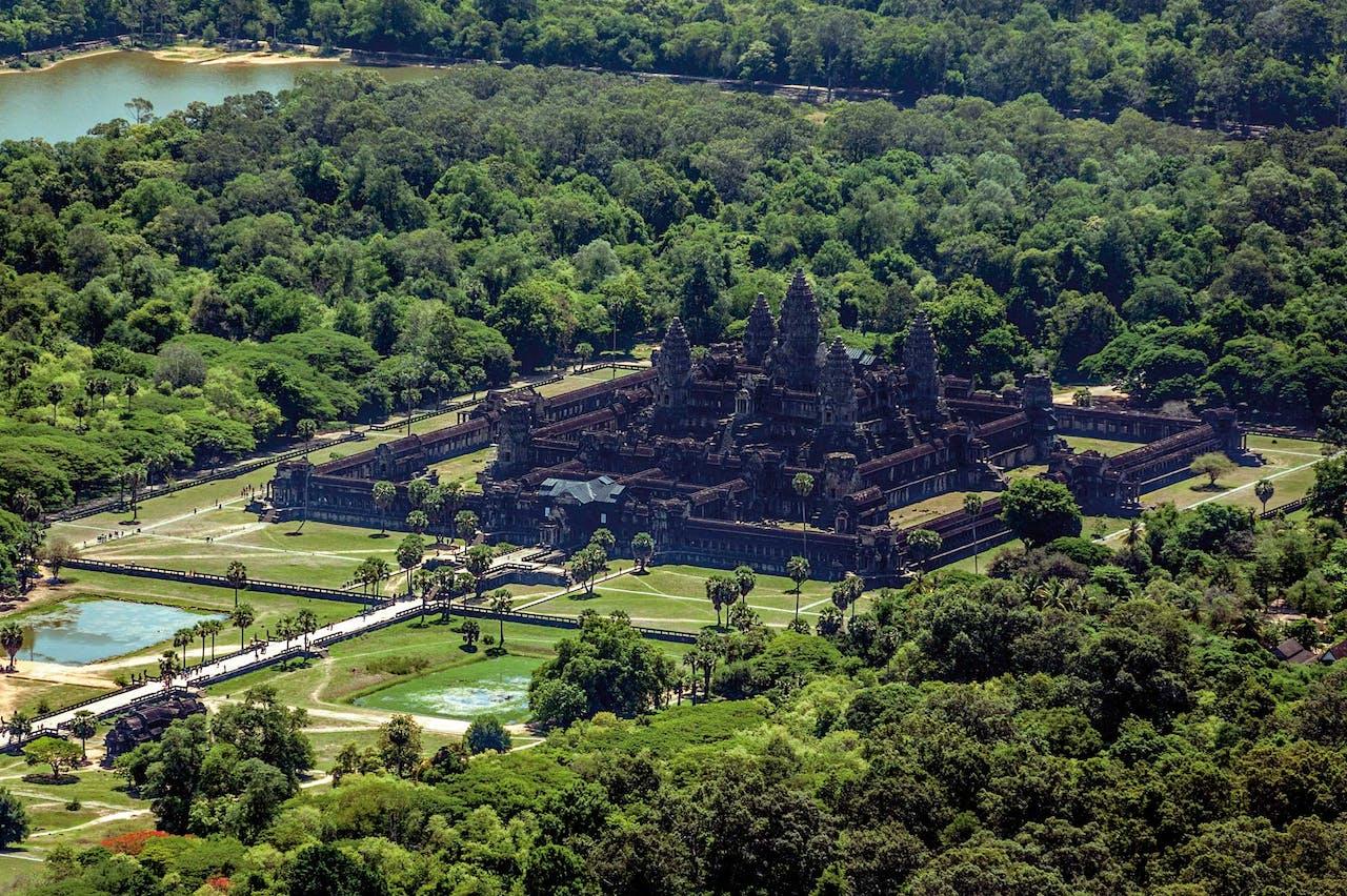 Helikoptertours geven de beste indruk van de omvang van Angkor Wat, het grootste religieuze bouwwerk ter wereld.