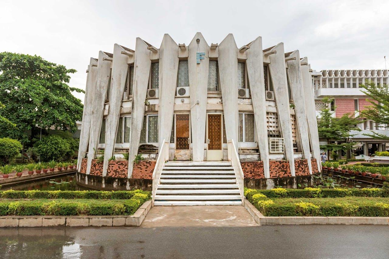 Het Institute of Foreign Languages in Phnom Penh is een goed voorbeeld van Nieuwe Khmer-architectuur.