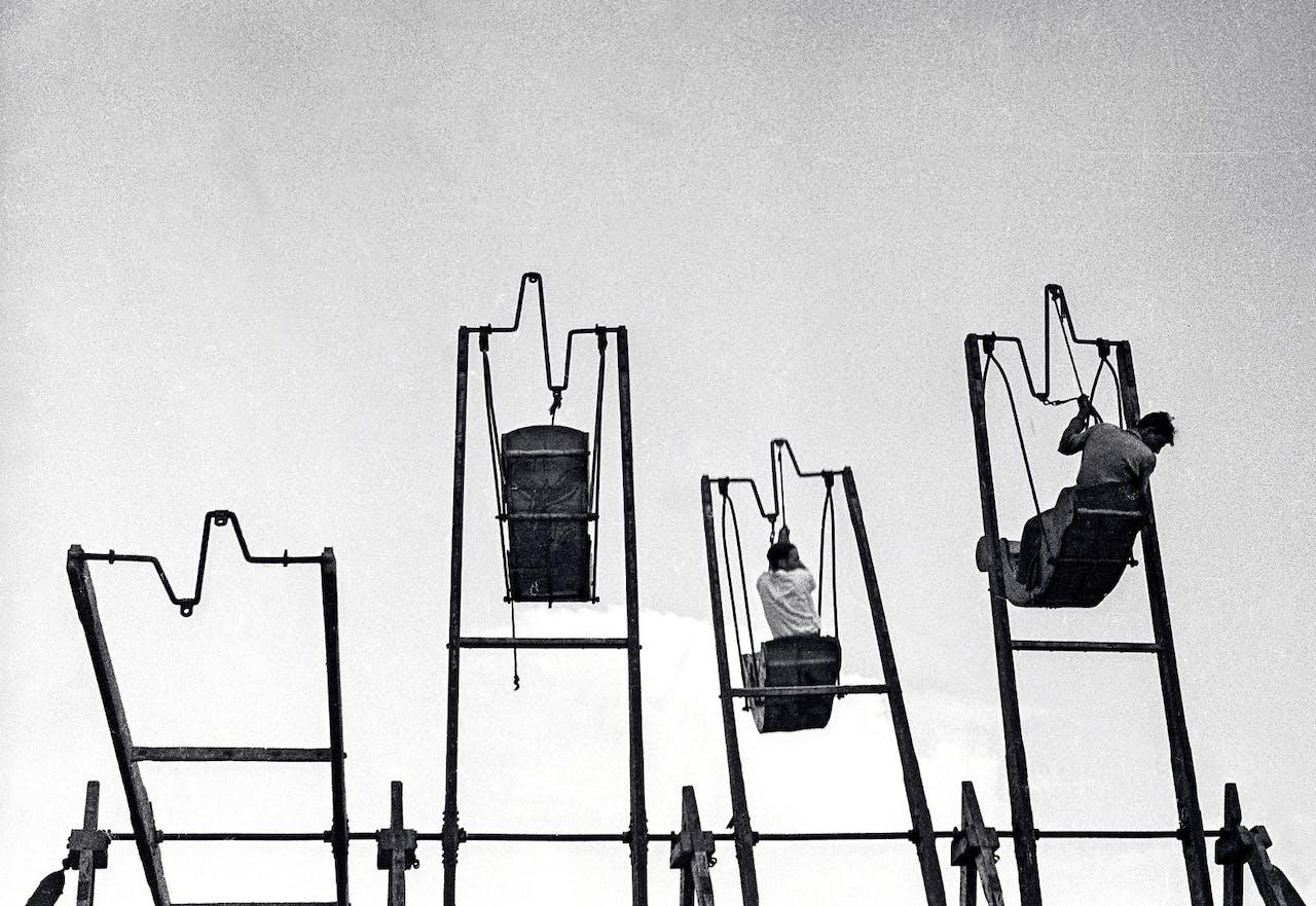 'Schommels' van Ellen Auerbach, gemaakt in de jaren veertig in Palestina.