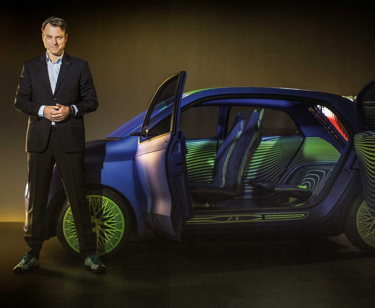 Laurens van den Acker poseert met de Renault Twin'Z, een 'concept car' van Renault (2014).