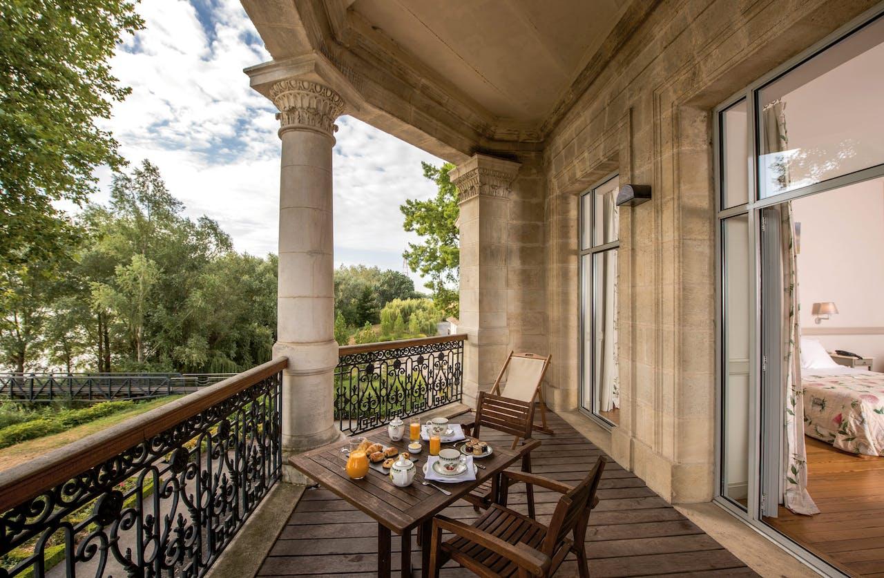 Ontbijten op het balkon van het landhuis uit 1872.