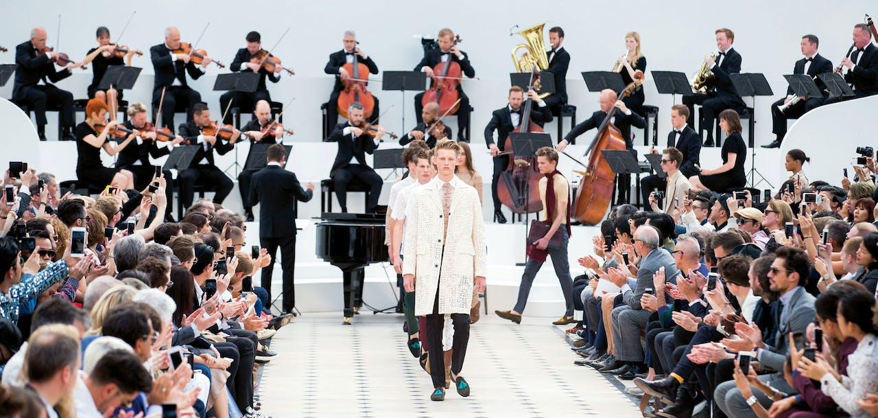 Burberry koos voor de livemuziek van Alison Moyet tijdens de presentatie van de zomercollectie van 2016 (ANP).