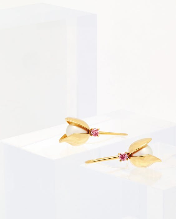 Oorstekers met cultivéparels en roze 'laboratoriumdiamanten'.