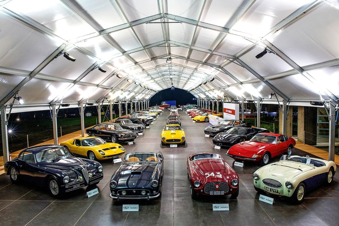Op de veiling in Villa Erba werden prestigieuze 'classic cars' en moderne exclusievelingen aangeboden.
