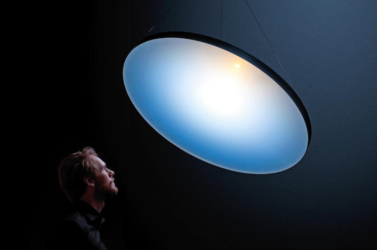'Blue Sky Lamp', Chris Kabel, 2014. Met een kunststof plaat bootst Kabel de atmosfeer na. Zo ontstaat een 'natuurlijk' licht.