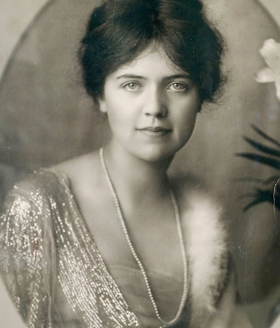 De beeldschone Allene Tew op twintigjarige leeftijd. Het plattelandsmeisje slaagde erin op haar achttiende een van de rijkste mannen van Pittsburgh aan de haak te slaan.