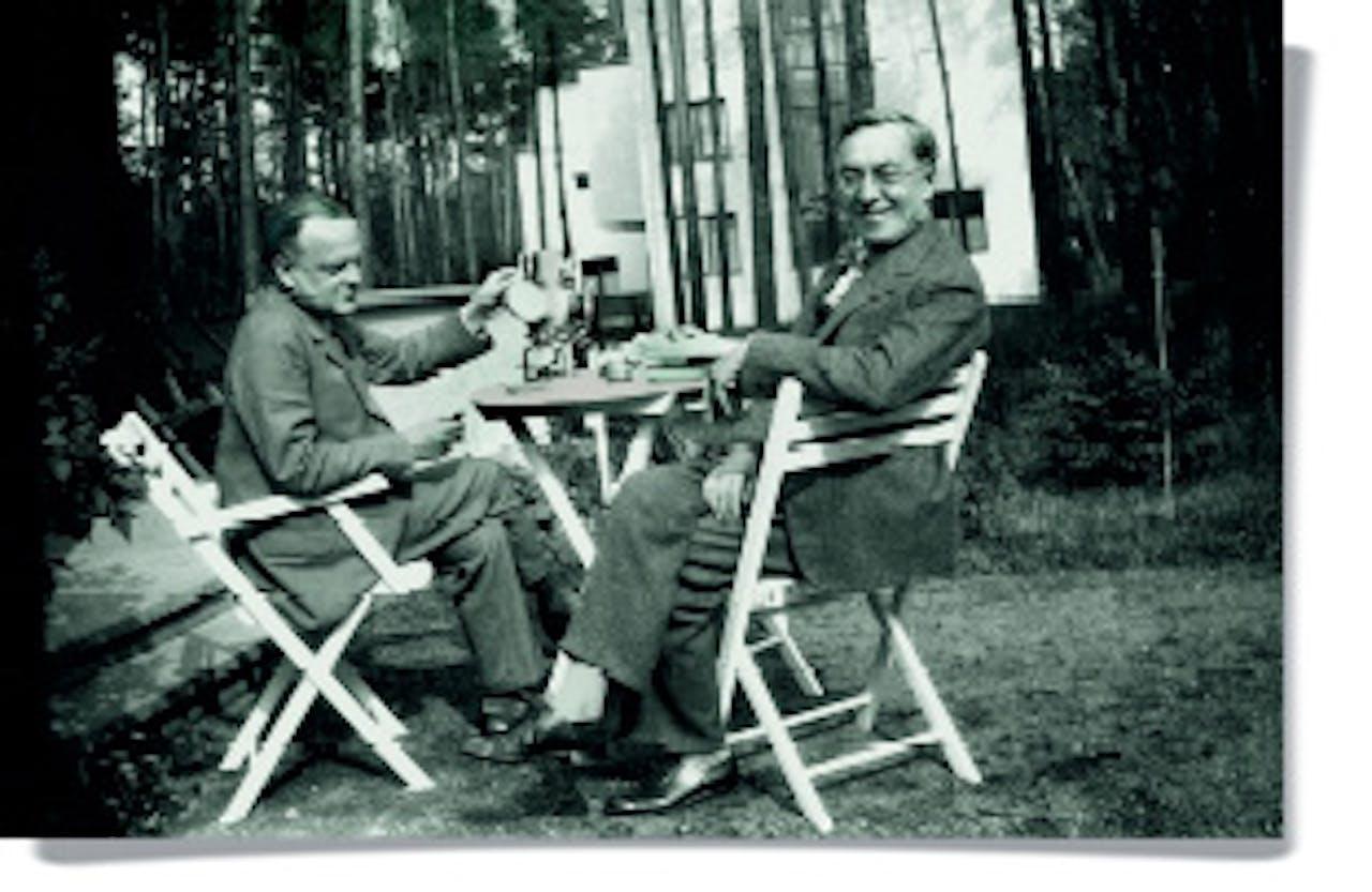 Klee (links) en Kandinsky drinken in 1929 thee voor hun huis in Dessau, waar het Bauhaus naartoe was verhuisd.