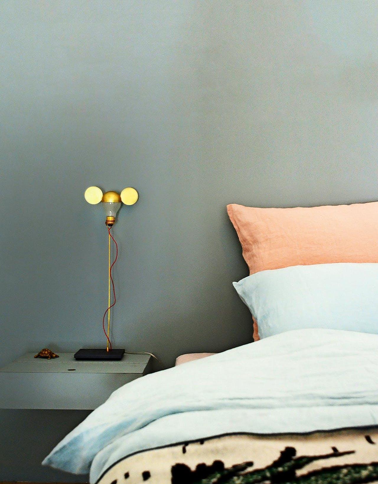 De accessoires uit de b&b zijn te koop in de webshop I/Object, zoals dit lampje van Ingo Maurer.