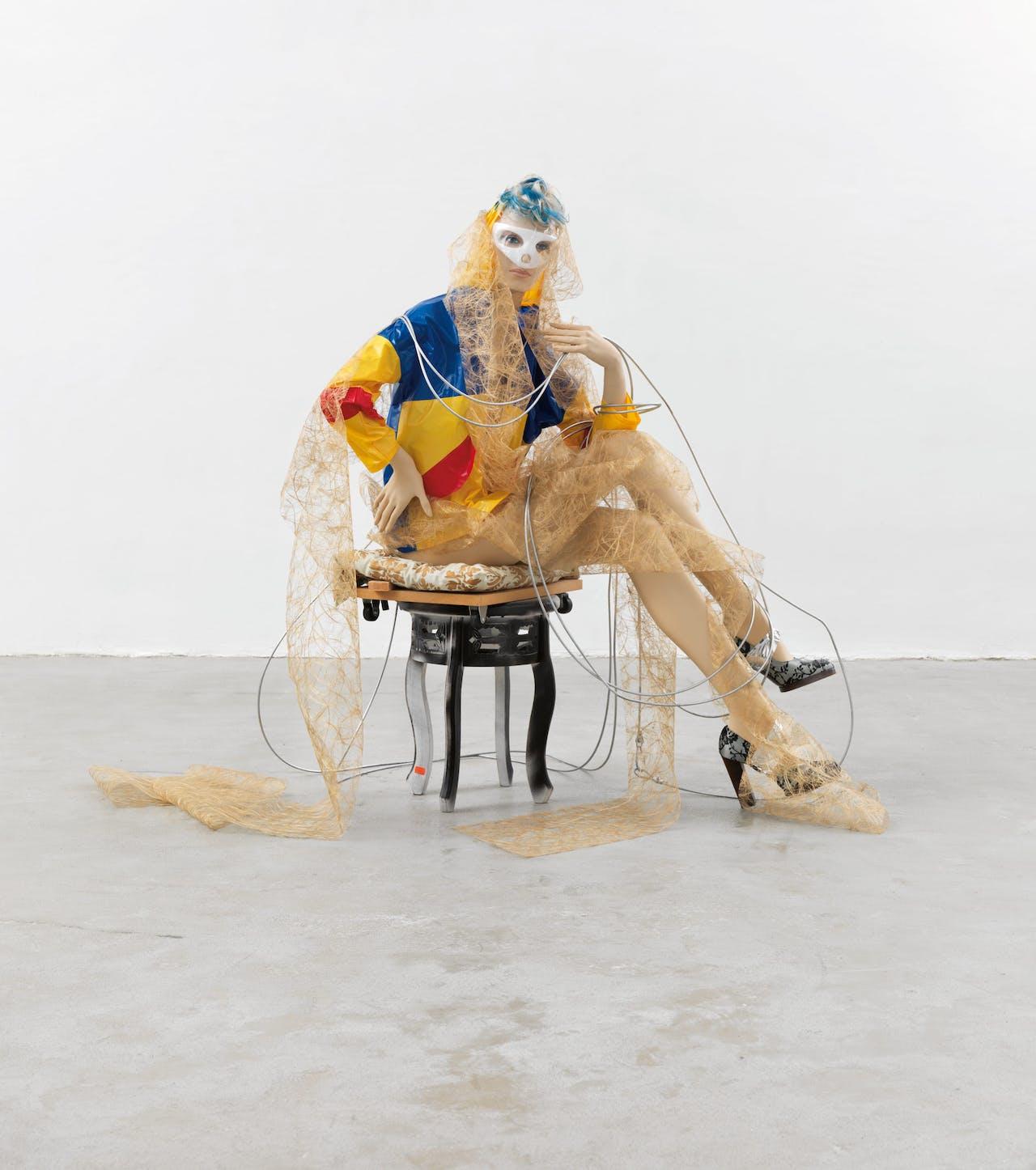 'Toneelspeler', Isa Genzken, 2013. Voor deze serie putte Genzken uit haar eigen garderobe, waarmee ze suggereert dat het een soort zelfportretten zijn.