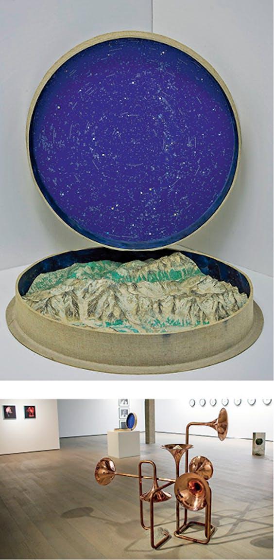 Overzicht van 'Hemelbestormers' met op de voorgrond 'Theoretisches Gebilde I', van Alicja Kwade. Boven: 'Della Scultura & La Luce' van Marinus Boezem.