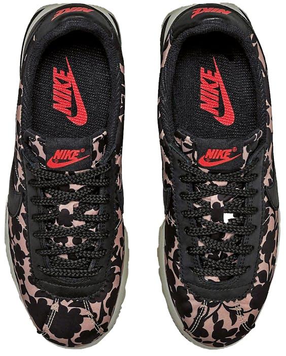 De retrobloemenprint doet het goed op de Nike Cortez.