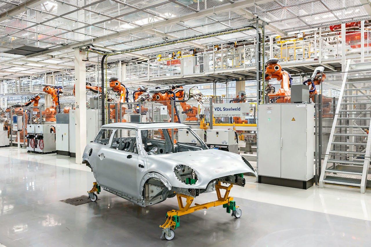 Robots, hier in een BMW-fabriek in Born, zorgen er voor dat de inhoud van een baan ingrijpend verandert. (Foto: HH)
