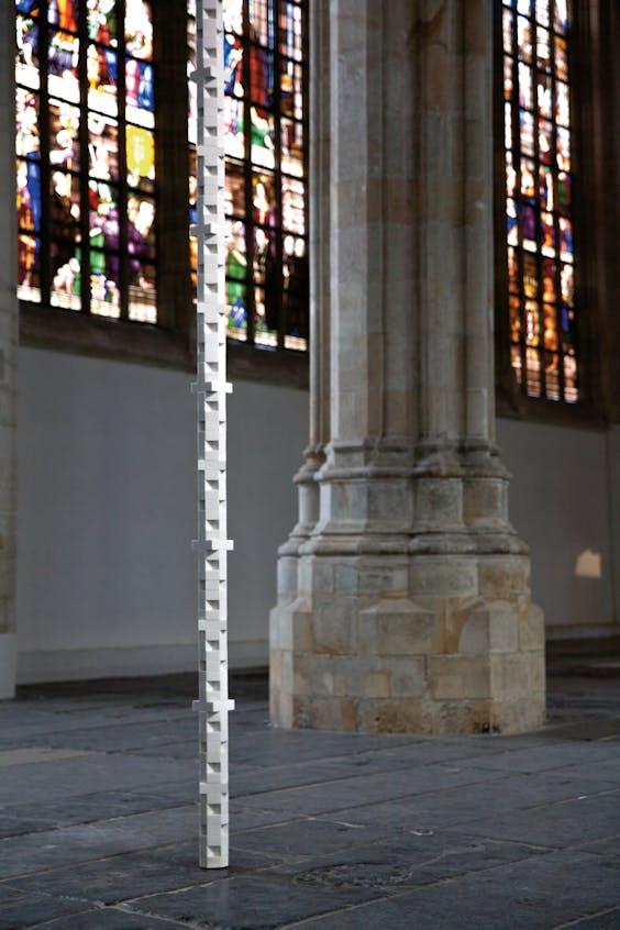 'Column Untitled', een ritmische stapeling van marmeren stenen.