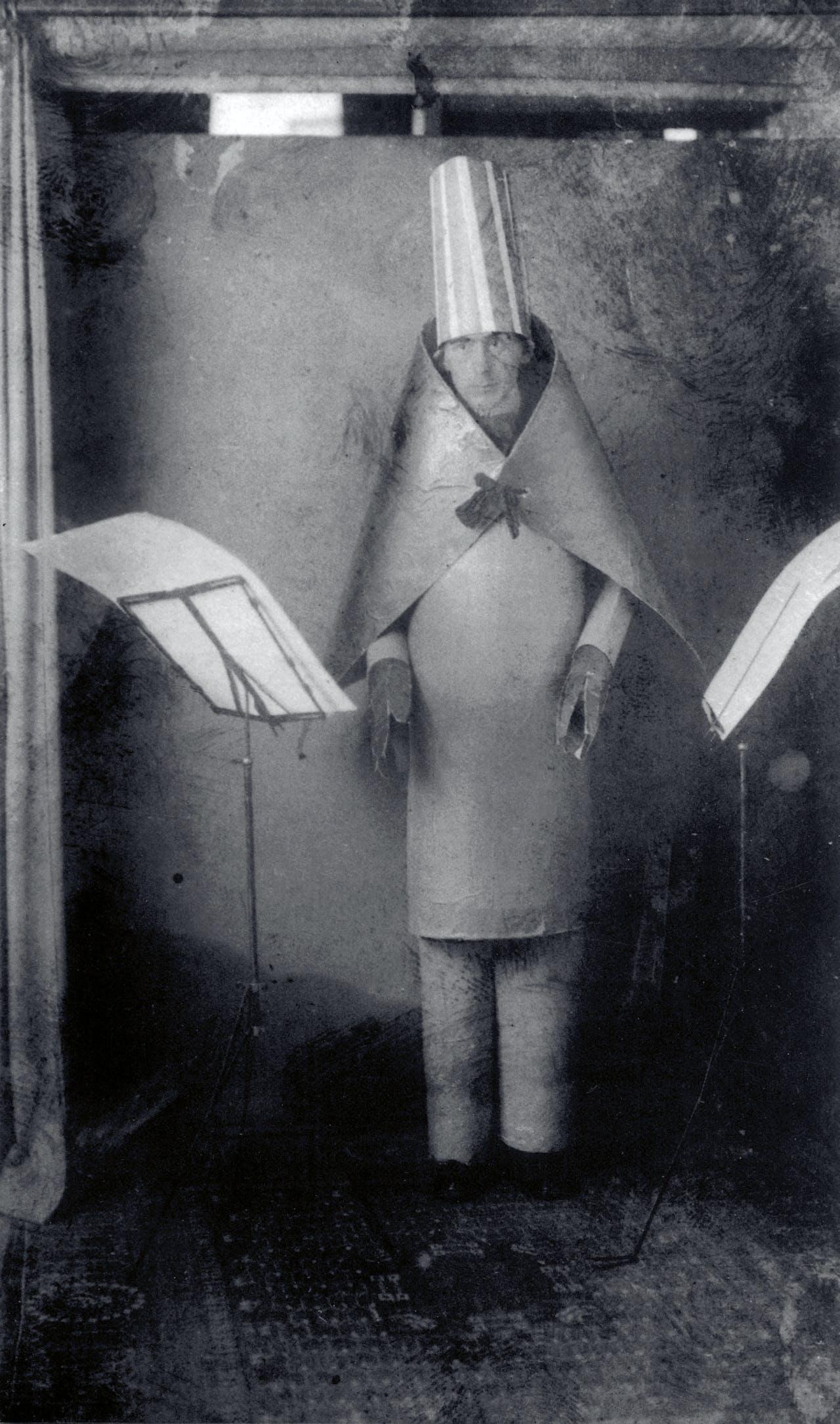 Hugo Ball in zijn lichtblauwe kokerpak in 1916.