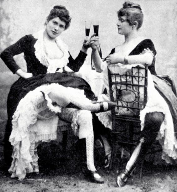 Cancandanseressen van de Moulin Rouge op Montmartre, ca. 1885. (HH)