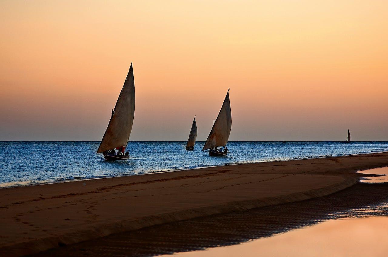 Dhow-boten onderweg naar het eiland Lamu (foto: HH/Corbis).