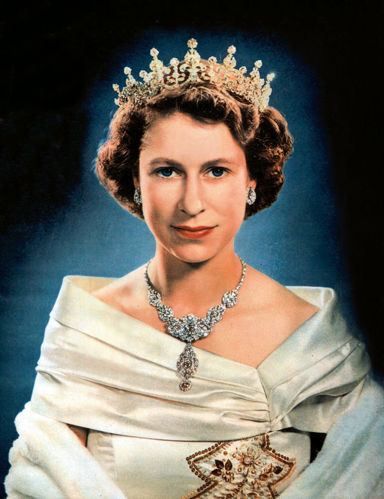 Het collier van de Nizam of Hyderabad Parure, die Elizabeth II kreeg bij haar huwelijk met Philip in 1947. De Girls of Great Britain and Ireland Tiara die Elizabeth hier draagt was een cadeau van Queen Mary.