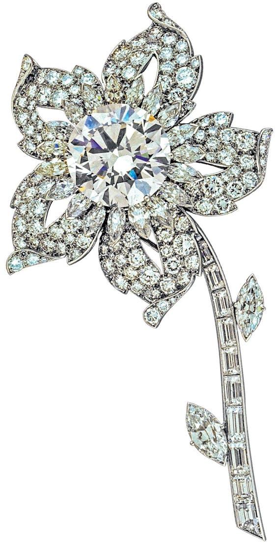 The Queen's Williamson Diamond Brooch. De roze diamant in het midden was een huwelijksgeschenk aan Elizabeth II van een Tanzaniaanse mijneigenaar.