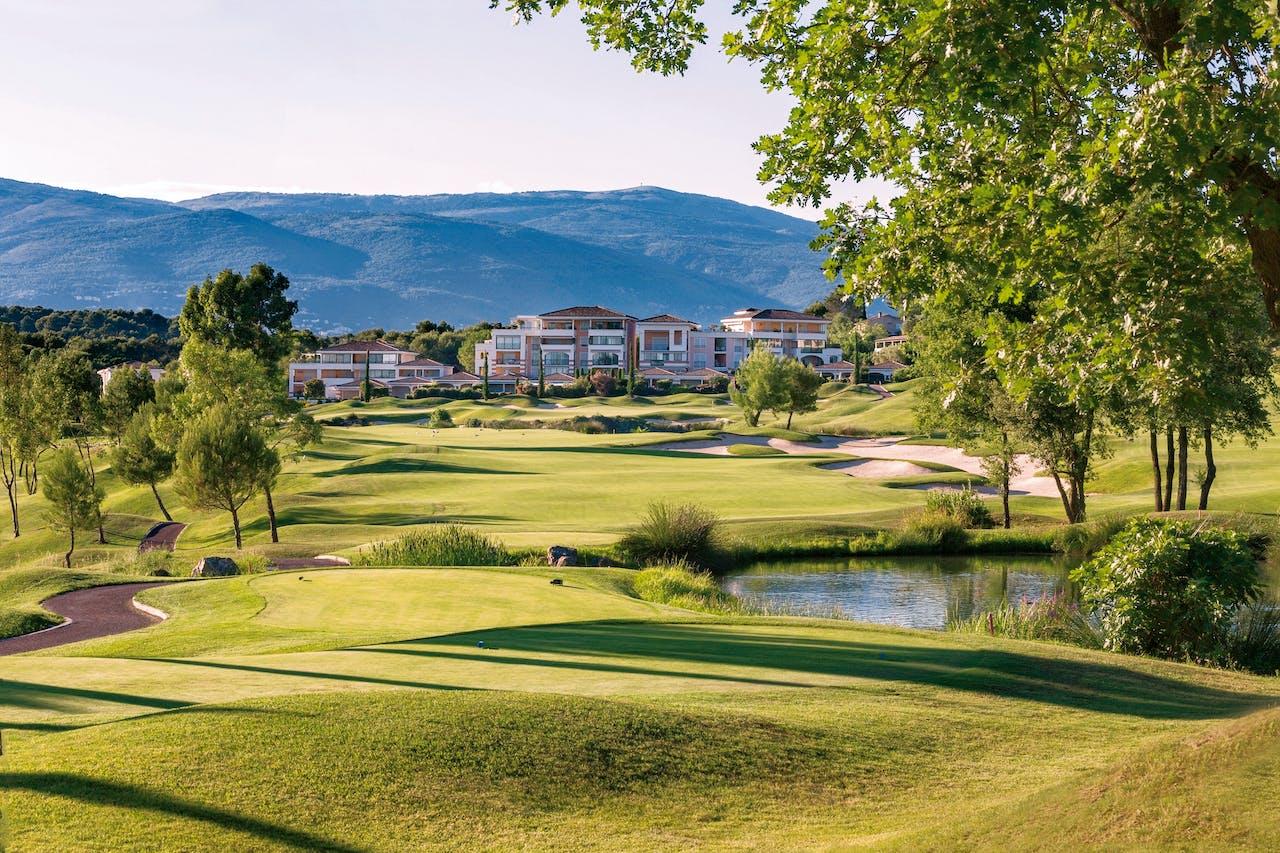 Villa's en appartementen liggen meteen aan de green in Royal Mougins.