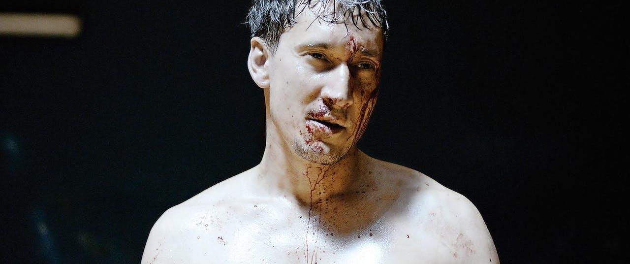 Stills uit het tweeluik 'Full Contact' (2015) van David Verbeek. Boven de oorlogssituatie en links de hoofdpersoon in de boksring.