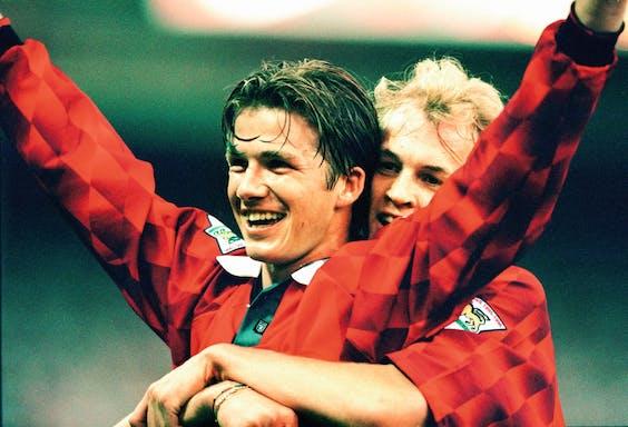 Een jonge David Beckham juigt na een goal in 1996 voor Manchester United. (Getty Images)