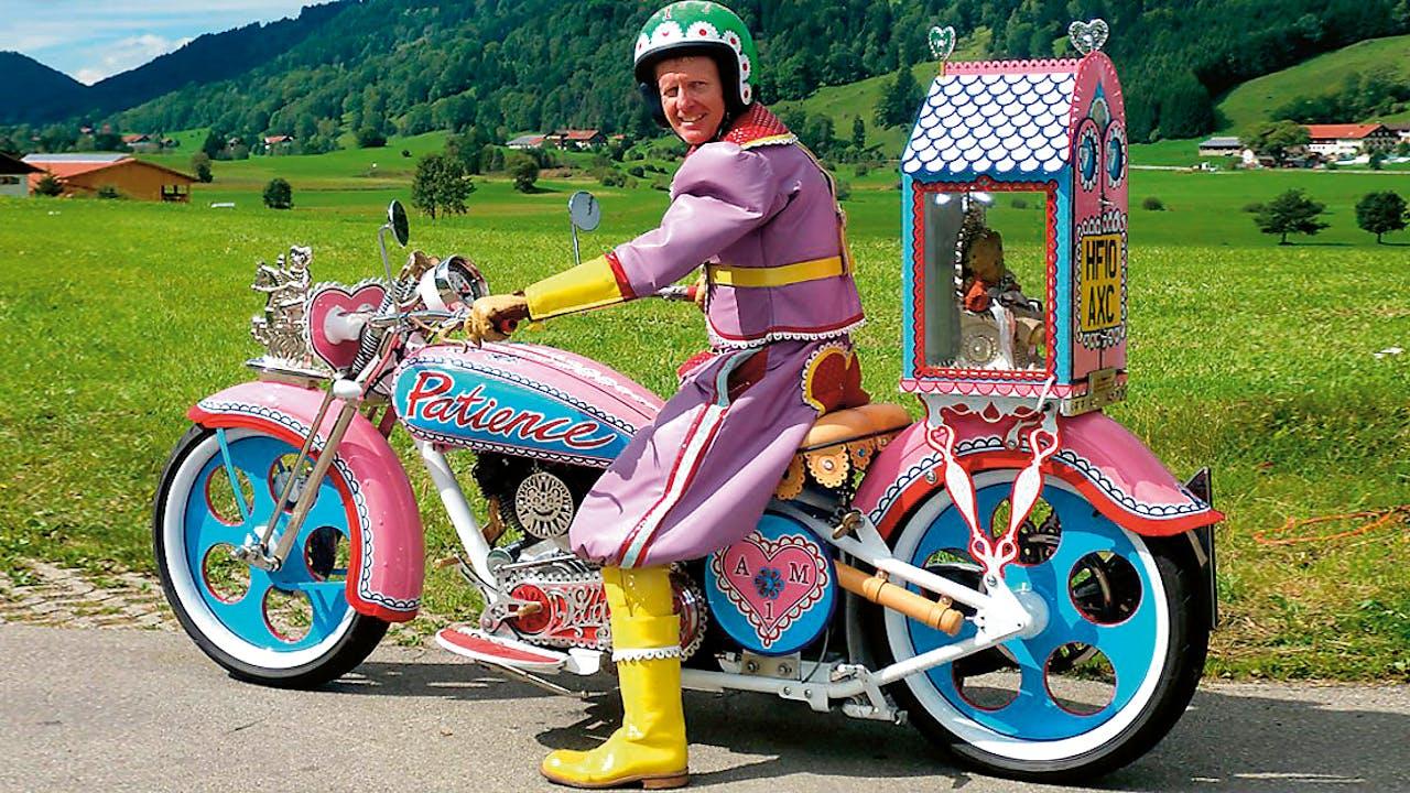 Boven: 'Hold Your Beliefs Lightly', 2011. Onder Grayson Perry op zijn motor met zijn teddybeer achterop.