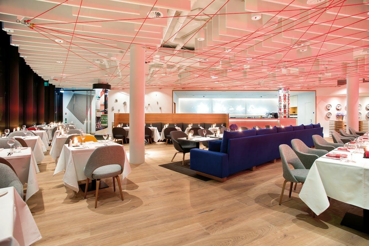 Kunstenaar en designer Rolf Sachs maakte de kunst voor restaurant Sachs en liet zich daarbij inspireren door het Zwitserse berglandschap.