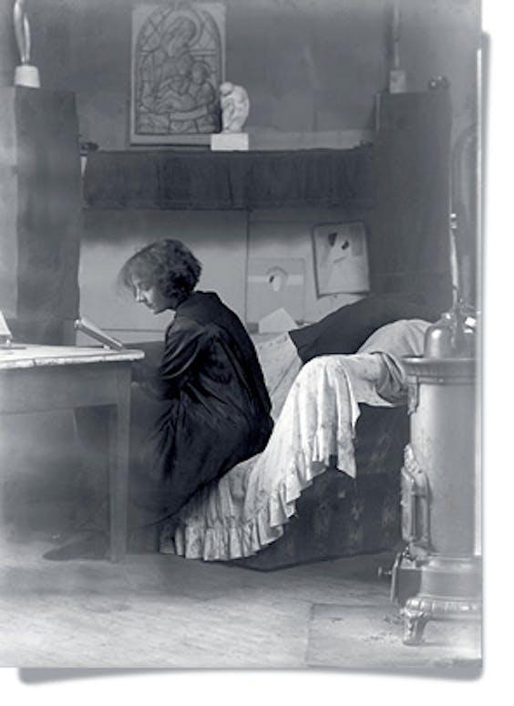 Boven: 'Zelfportret', 1920. Onder: Marthe Donas schrijvend in haar atelier, Parijs, ca. 1918.
