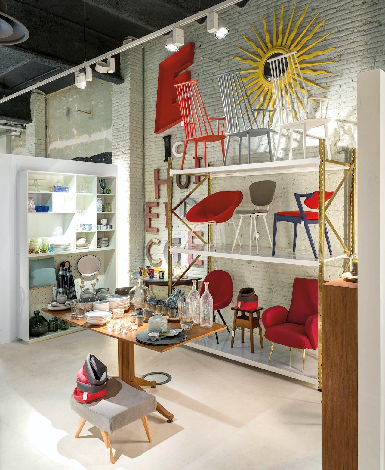 Naast meubels uit de jaren zestig en zeventig verkoopt Jaime Beriestain artikelen uit zijn eigen collectie.