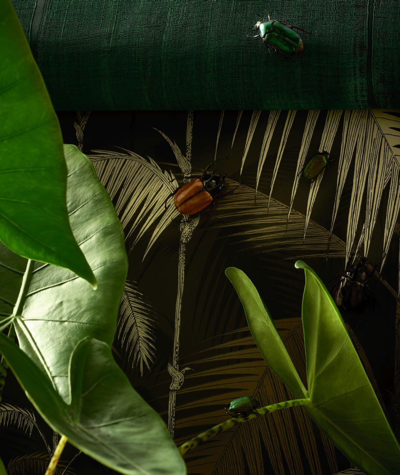 1. Behang 'Elitis Sari', €191, Nomades Collectie via Luxury By Nature; 2. Diverse kevers vanaf €13, Stenelux; 3. Behang 'Palm Jungle', €124, Cole & Son via Luxury By Nature; 4. Plant alocasia zebrina, mooiwatplantendoen.nl. ➜ Zie verkoopinformatie op pagina 95.