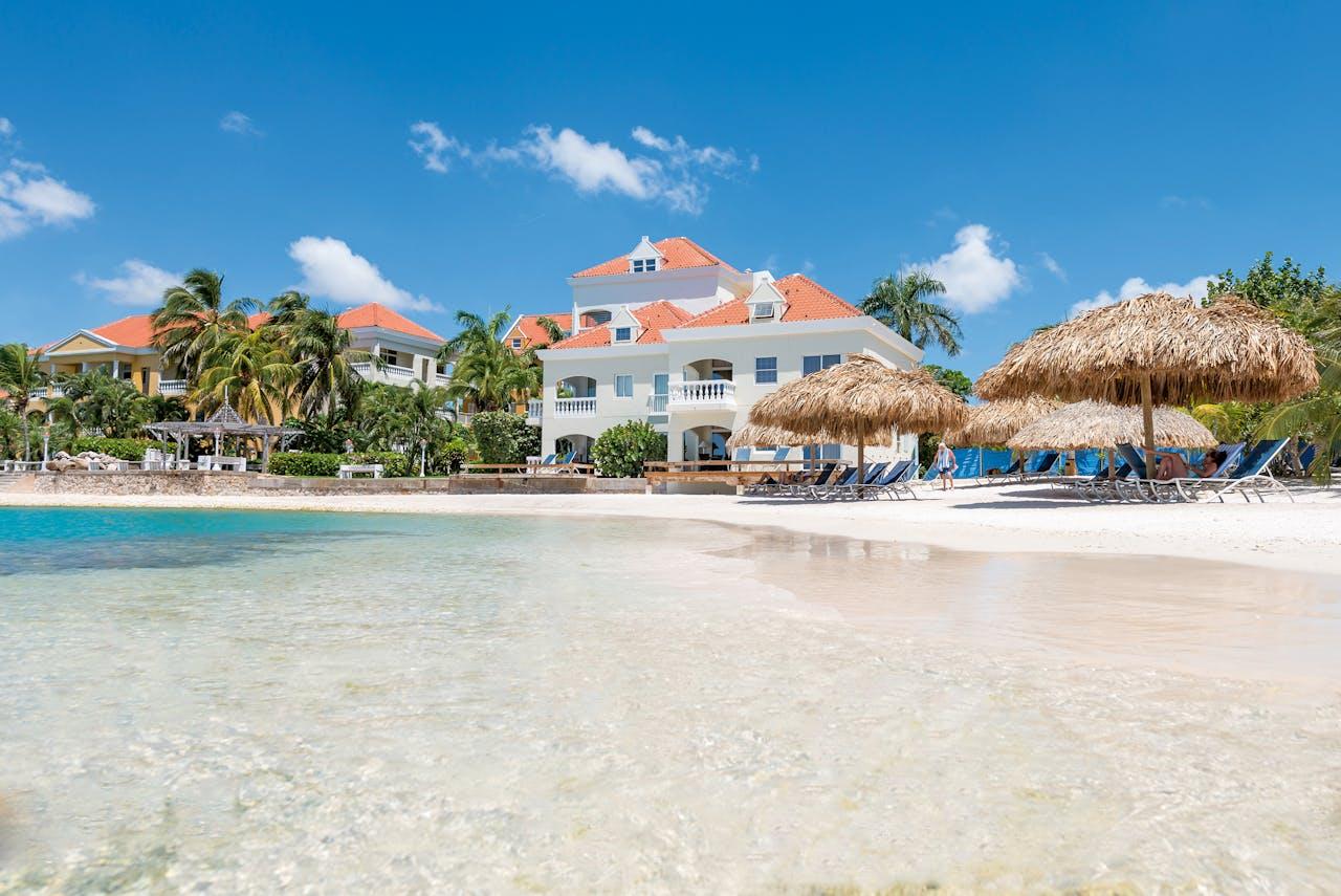 Het Avila Hotel ligt pal aan het strand.